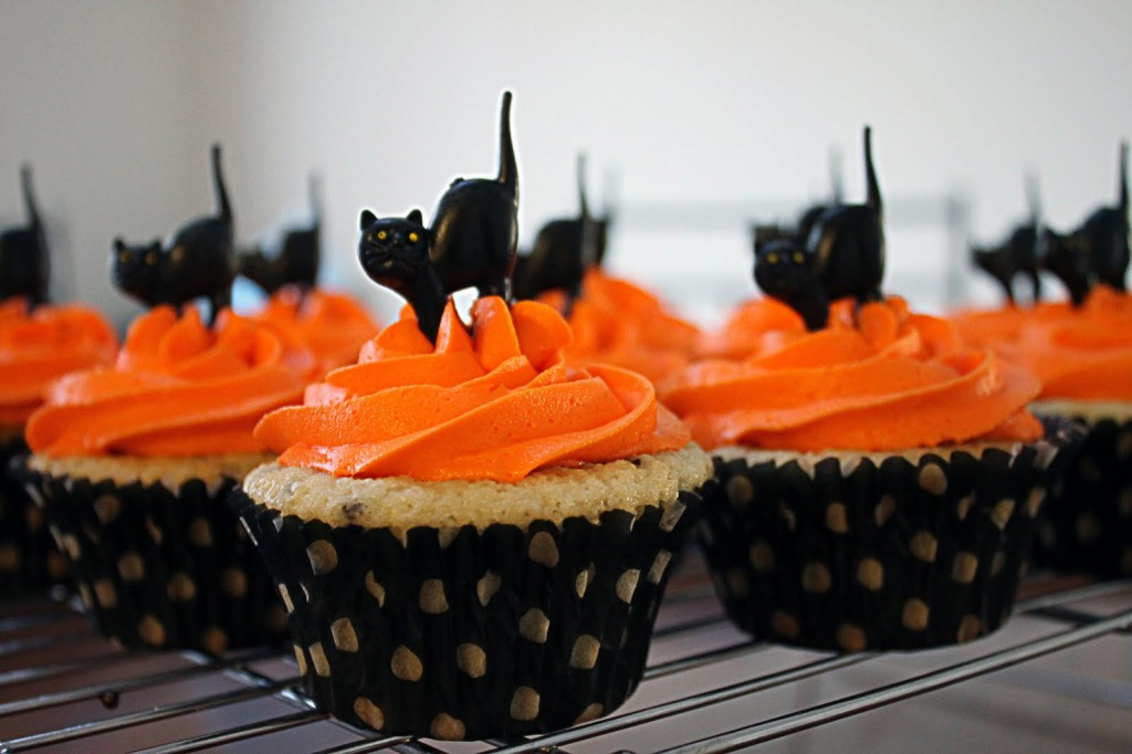 black cat cupcake toppers for Halloween cupcakes