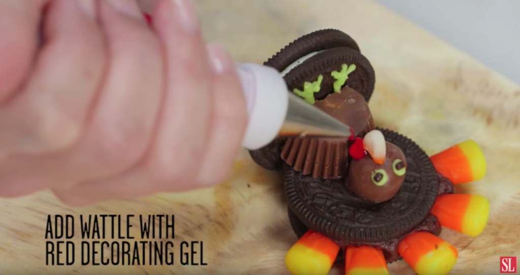 If you're looking for a cute Thanksgiving dessert recipe that doubles as a Thanksgiving craft, your search is over! This adorable Oreo Turkey is the perfect Thanksgiving dessert idea for kids! #Thanksgivingrecipes #fallrecipes #holidaybaking #holidayrecipes