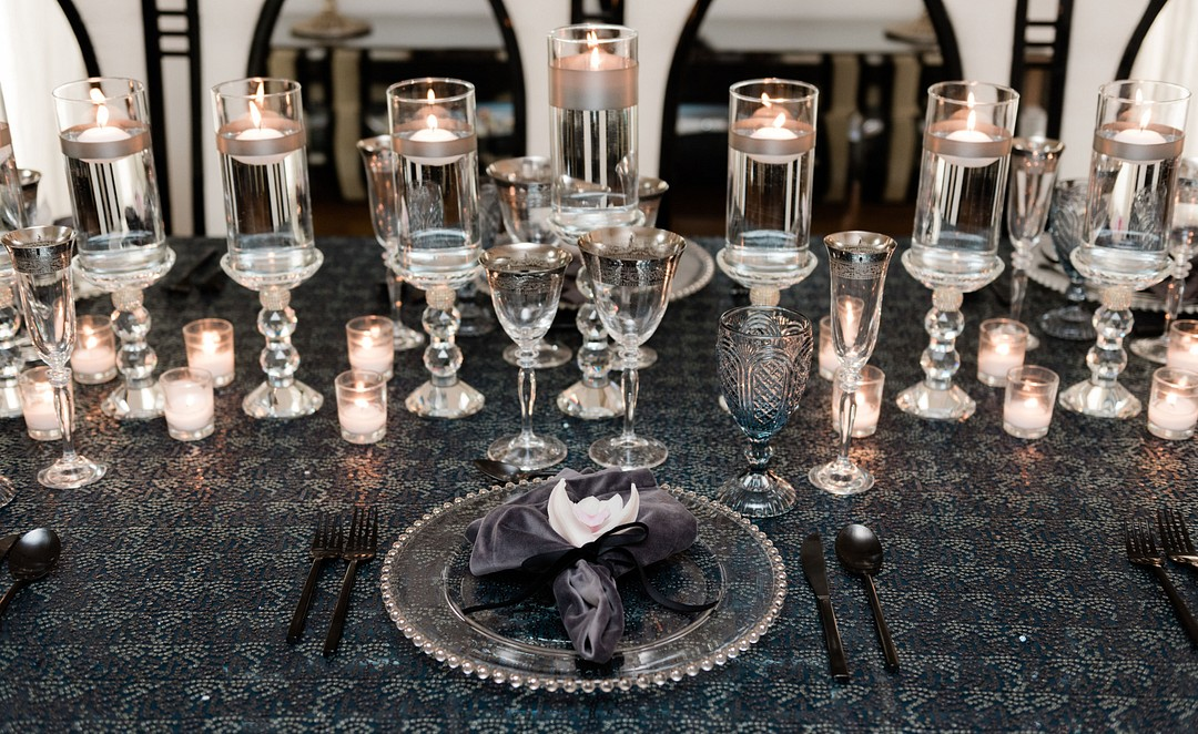 Gorgeous ideas for setting a beautiful Hanukkah dinner table. Inspired by the traditional Festival of Lights, this tablescape will inspire your table settings, table decor and party decorations. #hanukkah #tablescape #chanukah #tabledecor #dinnerparty