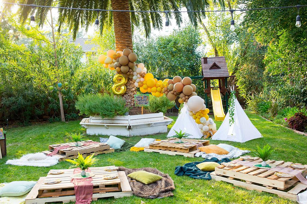 safari birthday party balloons and teepees